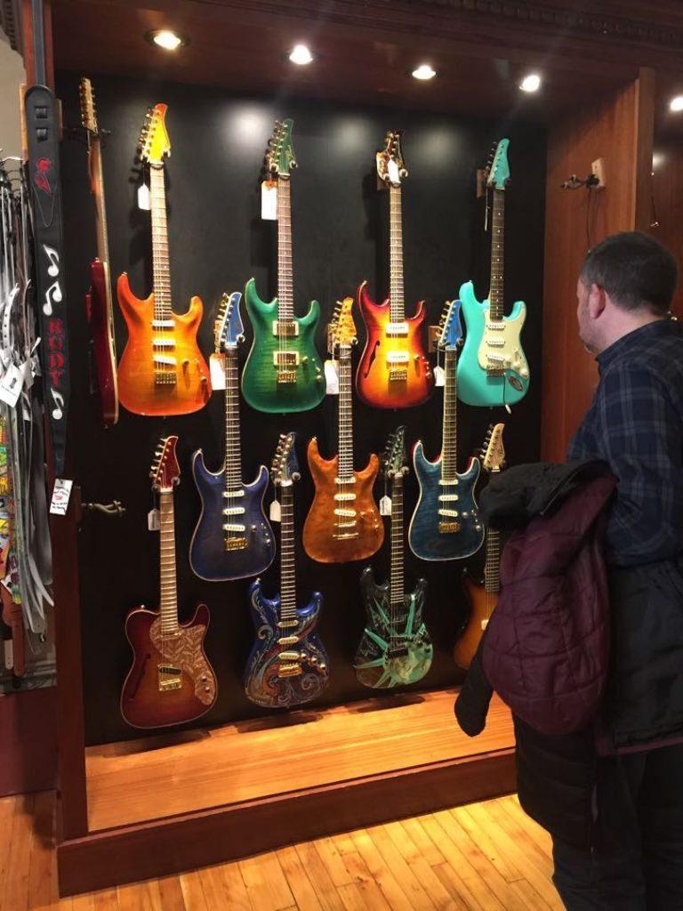 Exposición de guitarras vintage colgadas de la pared