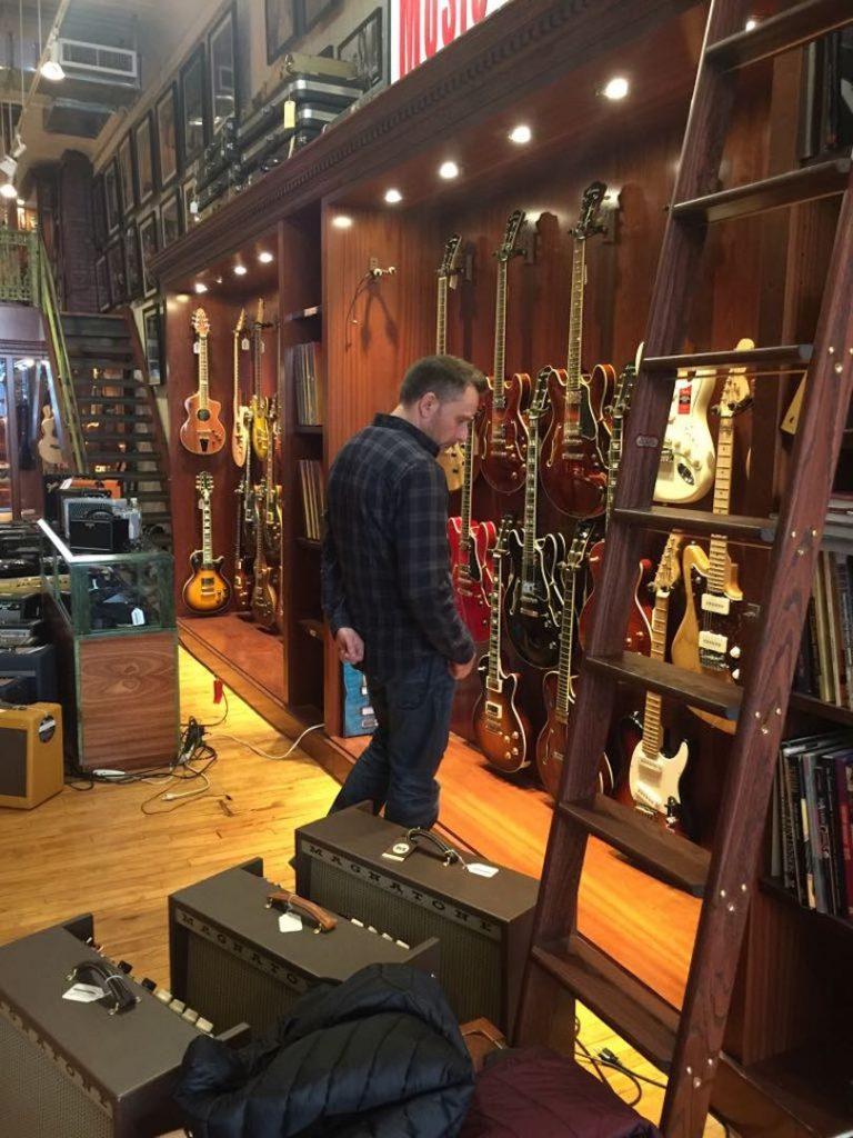 Mirando guitarras vintage en el interior de la tienda