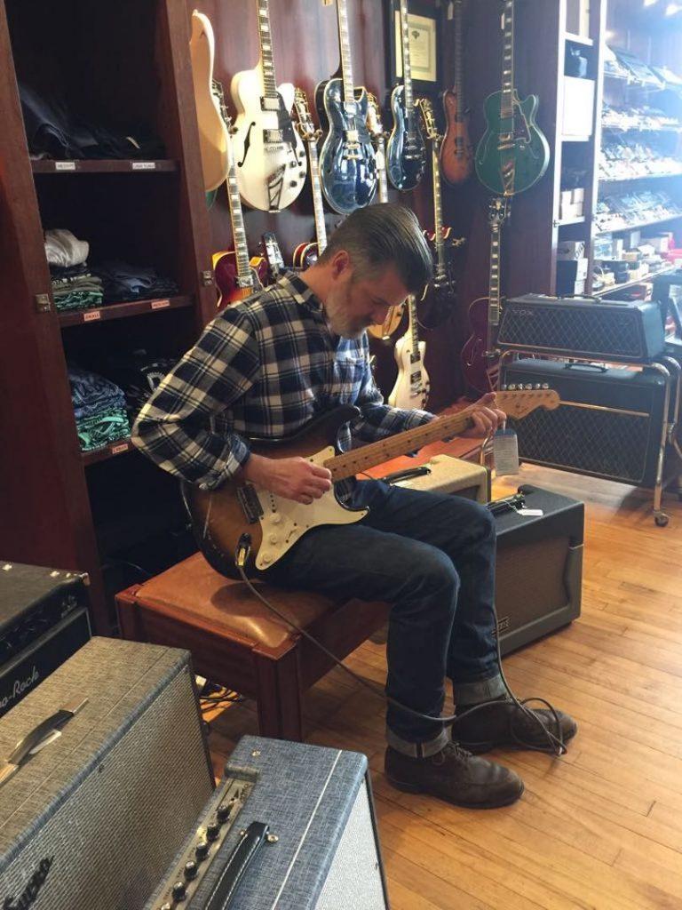 Probando la guitarra por el personal de la tienda